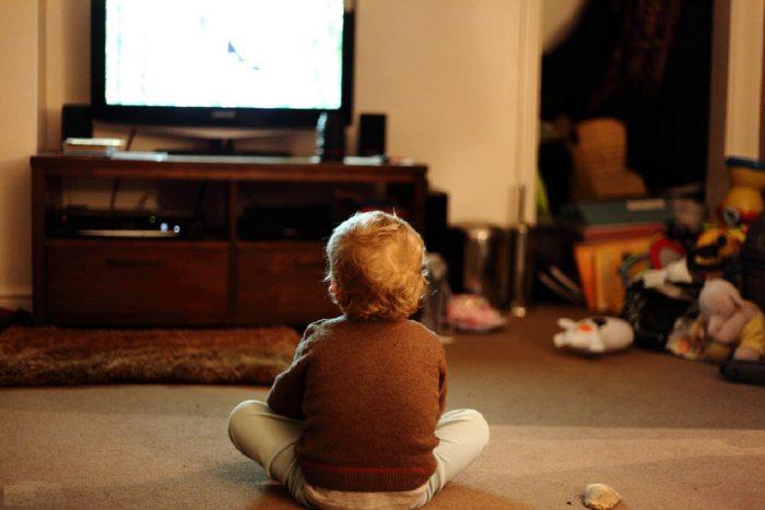 Мальчик смотрит на экран телевизора