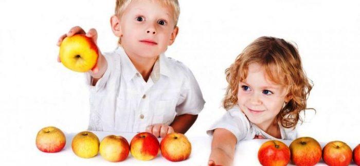 Мальчик и девочка делят яблоки