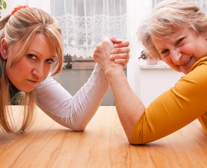 Невестка со свекровью борются на руках