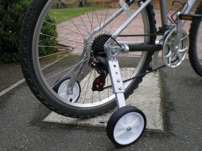 Страховочные колёса на подростковом велосипеде