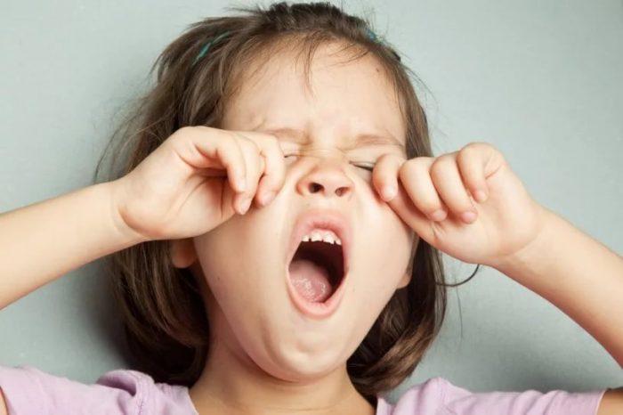 Ребёнок зевает и трёт глазки