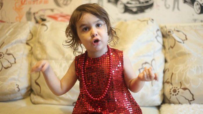 Девочка примерно трёх лет рассказывает стихотворения