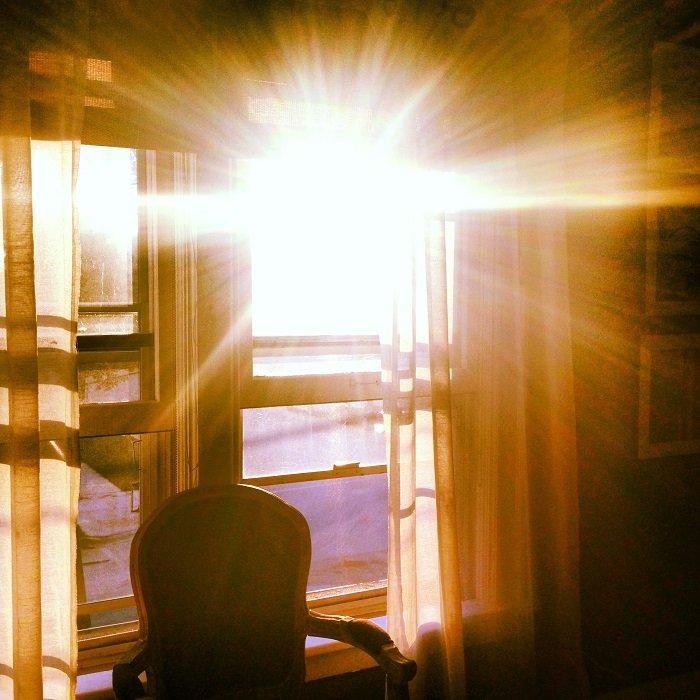 Яркий солнечный свет в окне комнаты