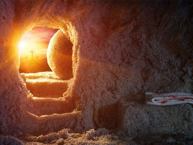 Пустая гробница Христа, вдали кресты озарены ярим светом