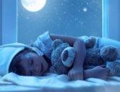 Ребёнок спит с игрушкой