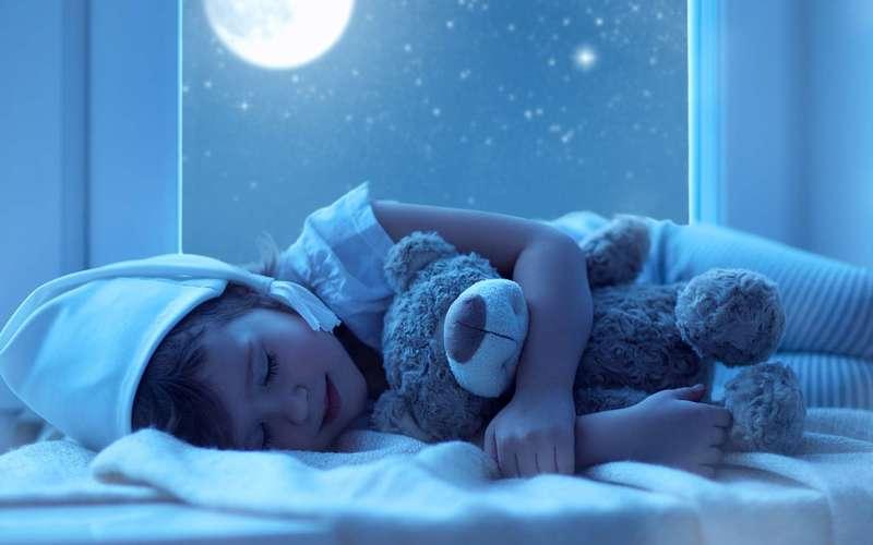 Почему дети спят с игрушками и нужно ли бить тревогу родителям