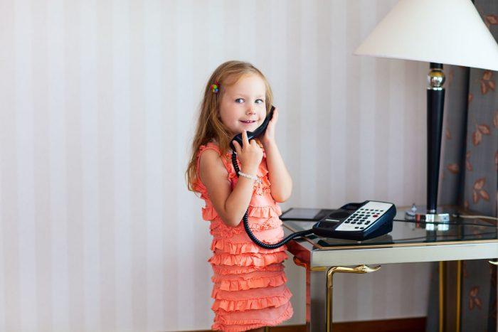 Ребёнок говорит по телефону