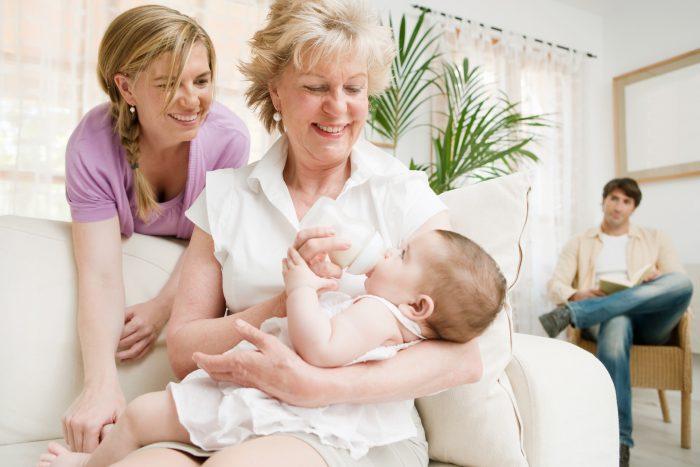 Молодая мама и бабушка с внучкой