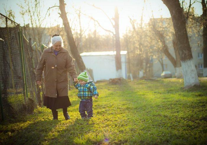 Бабушка гуляет с внуком