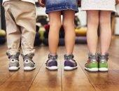 Три ребёнка стоят в ортопедических кроссовках
