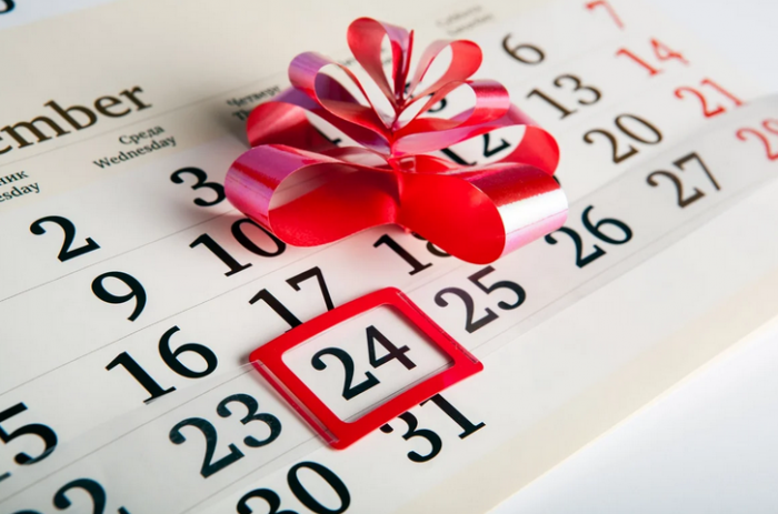 На календаре число 24 обозначено красным квадратиком, рядом красный пластиковый бантик