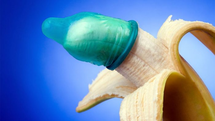 Голубой презерватив на банане