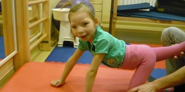 ребёнок с синдромом кошачьего крика занимается ЛФК