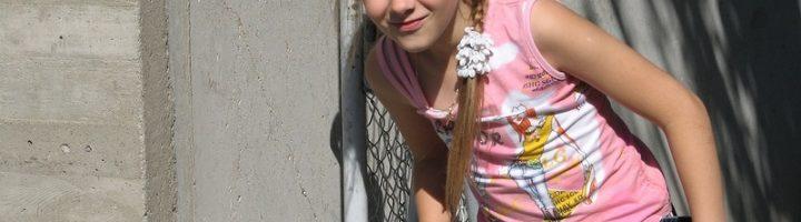 девочка во дворе