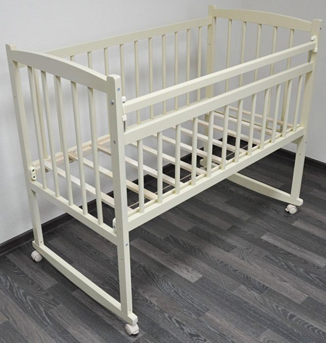 Детская кроватка на колёсиках