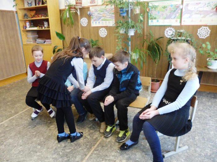 Дети в классе играют в Колечко