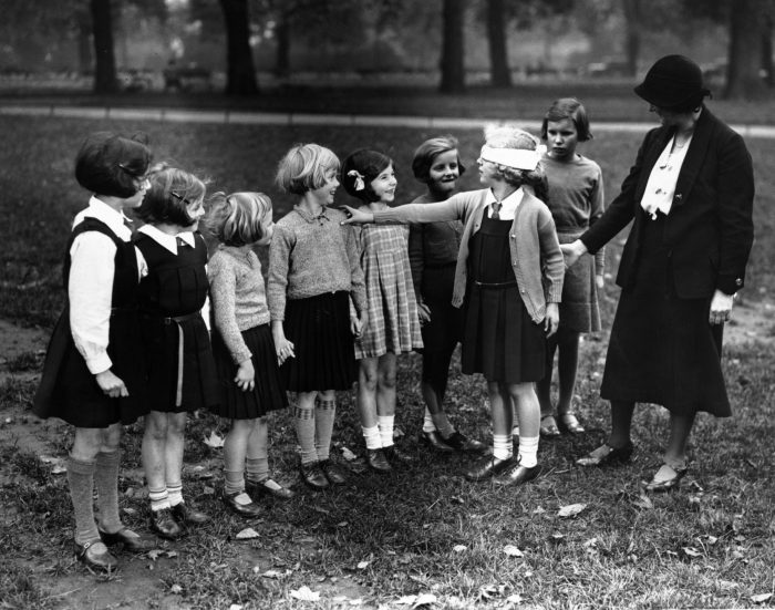 Дети на чёрно-белом фото играют в Жмурки