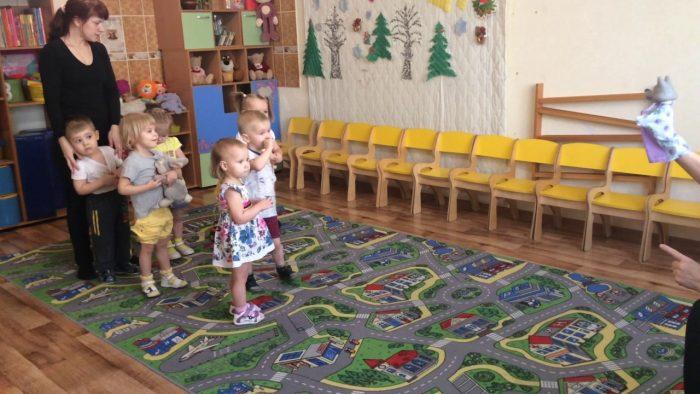 Дети в детском саду играют в Гуси-лебеди