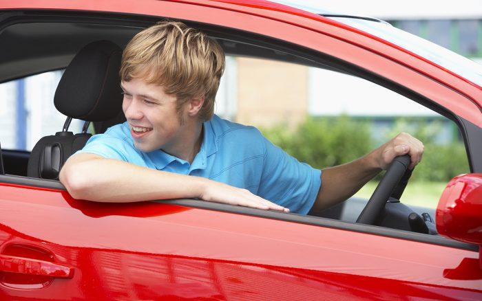 Американец-подросток за рулём автомобиля