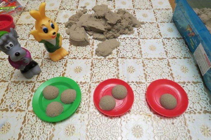Пирожки из кинетического песка на тарелках и звери