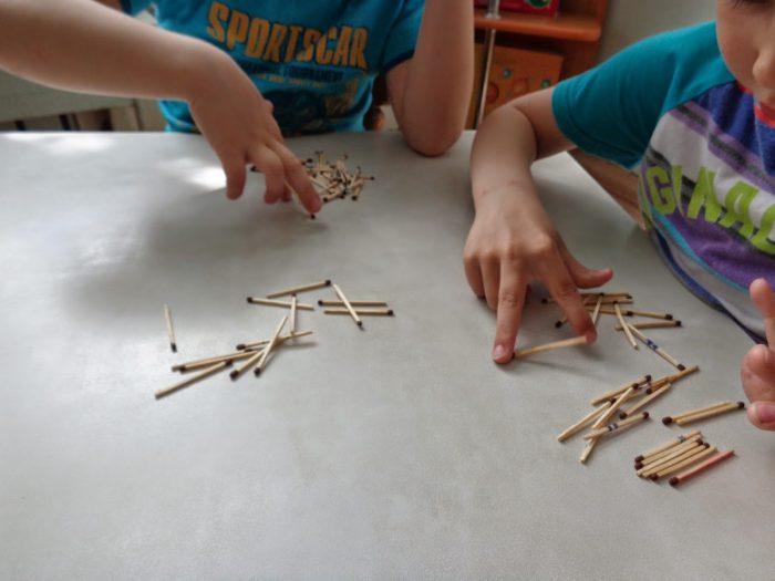 Два мальчика играют в спички