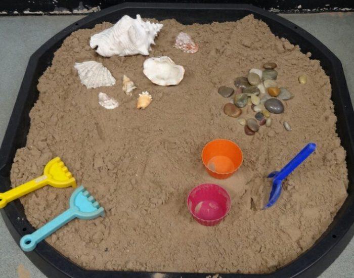 Ракушки и камешки в кинетическом песке