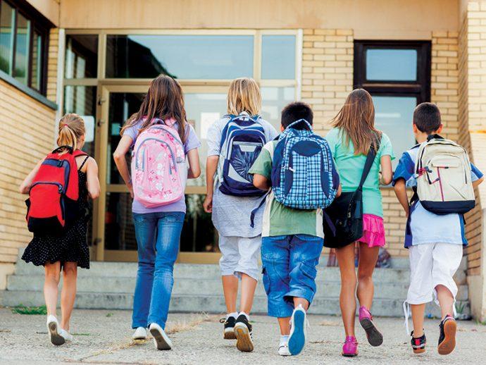 дети бегут в школу