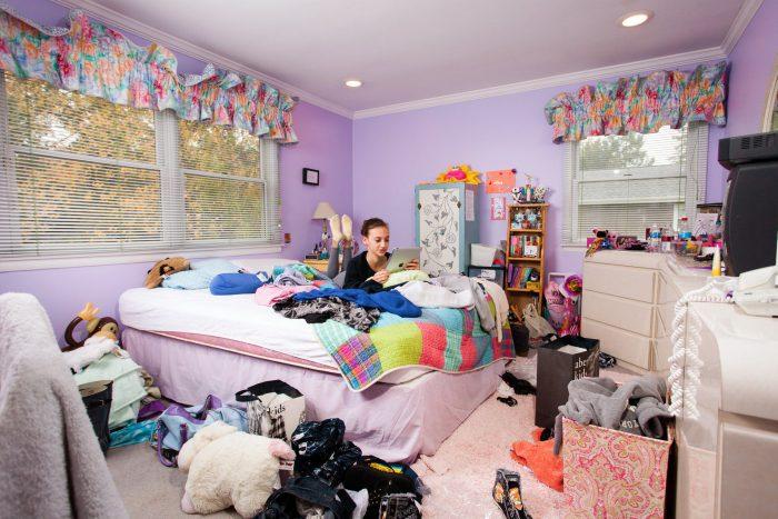 девочка в комнате с беспорядком