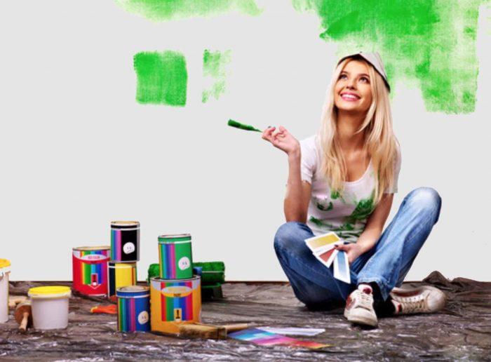 Девушка красит стену в зелёный
