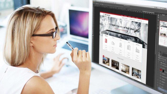 Девушка занимается web-дизайном