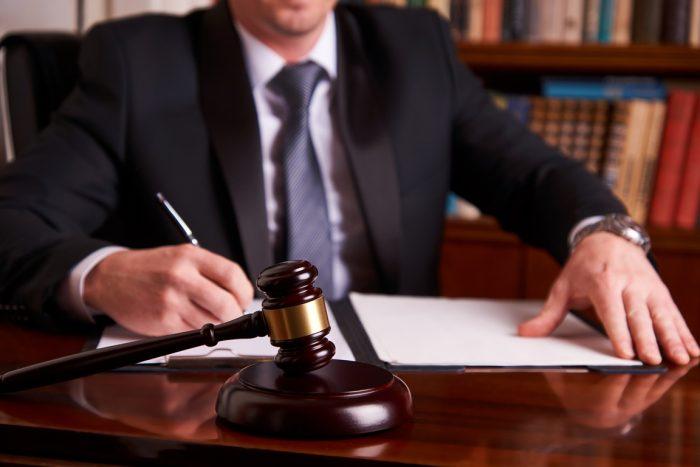 Мужчина-судья за столом