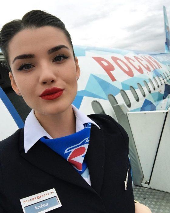 Девушка-стюардесса на авиалиниях Россия