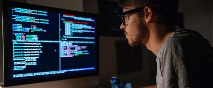 Программист перед компьютером