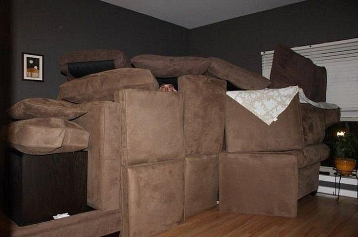 Шалаш из бежевых диванных подушек
