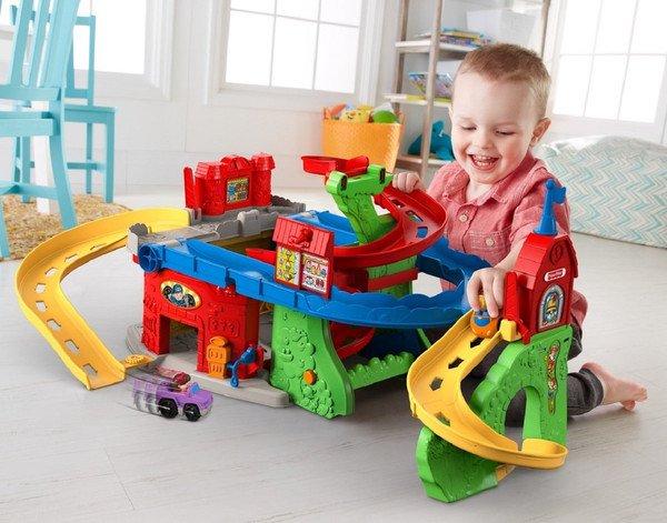 Мальчик запускает машинки по треку