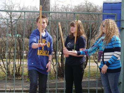 Мальчик и две девочки играют в Малечину