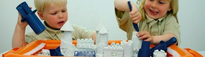 дети играют с кинетическим песком