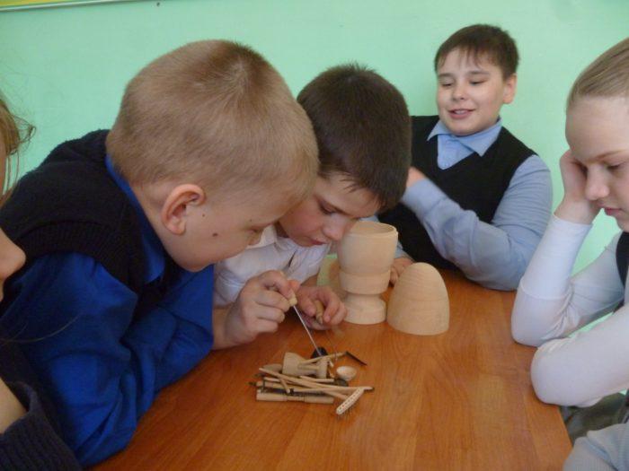 дети играют в бирюльки