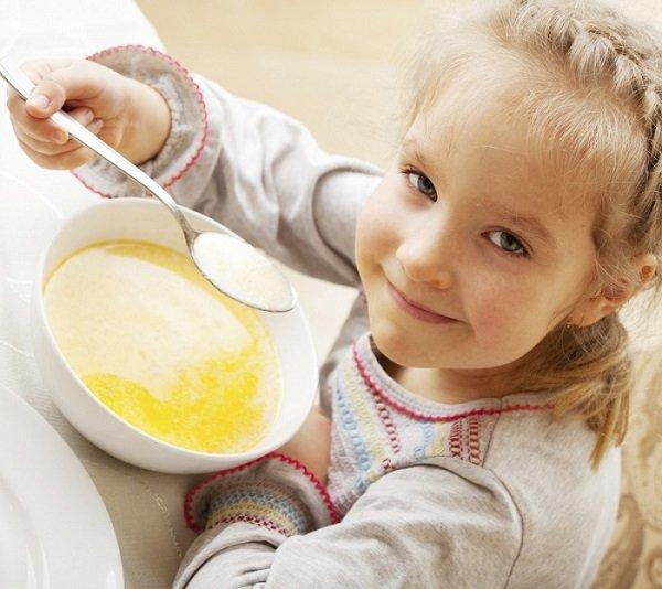 Девочка ест суп-пюре