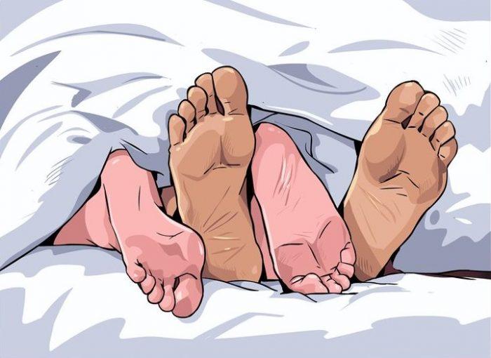 Из-под одеяла видны мужские и женские ноги
