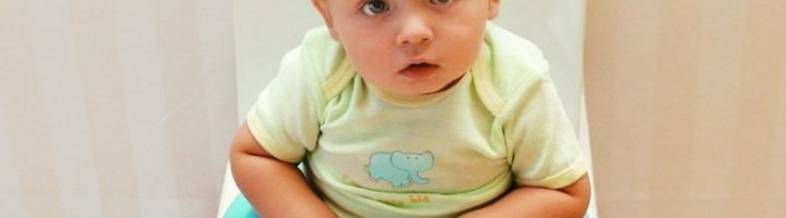 Малыш сидит на голубом горшке
