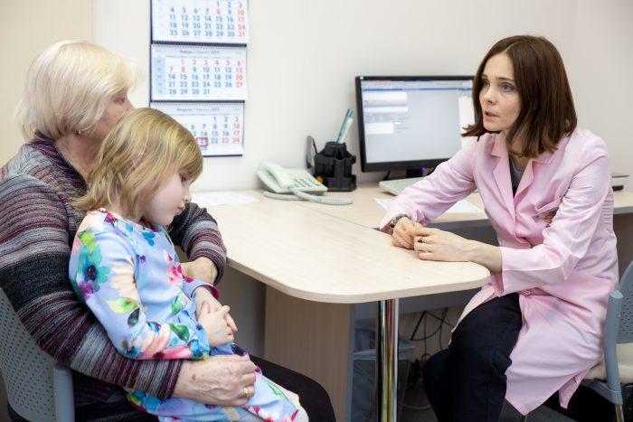 Бабушка с девочкой на приёме у врача