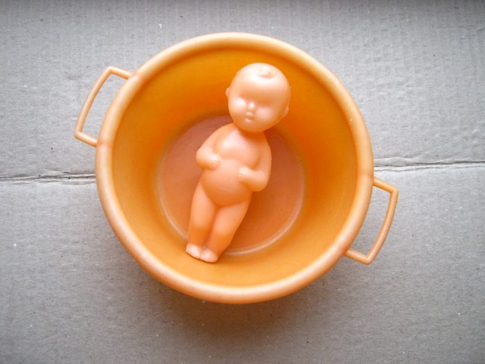 Пупс в игрушечном тазике