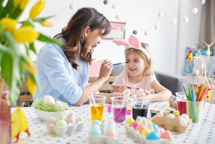 Мама с дочкой красят яйца
