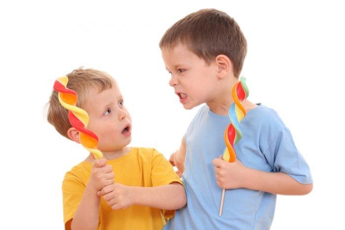 Один ребенок пугает другого выражением лица