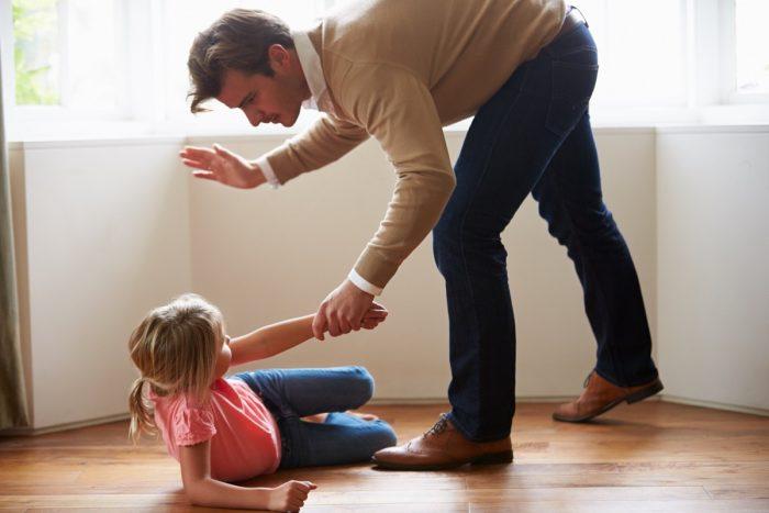 Папа замахивается на дочку