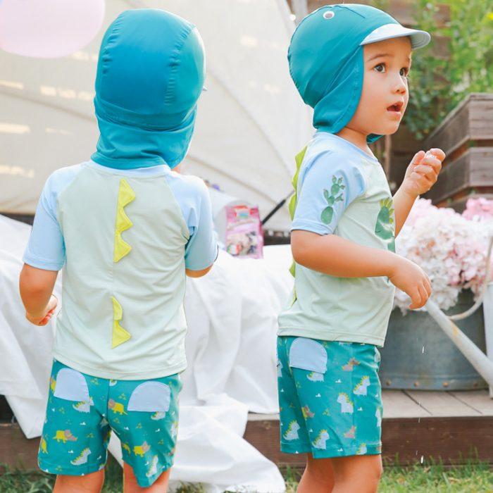 Мальчики одеты в солнцезащитные костюмы, на голове — шапочка в тон, закрывающая шею