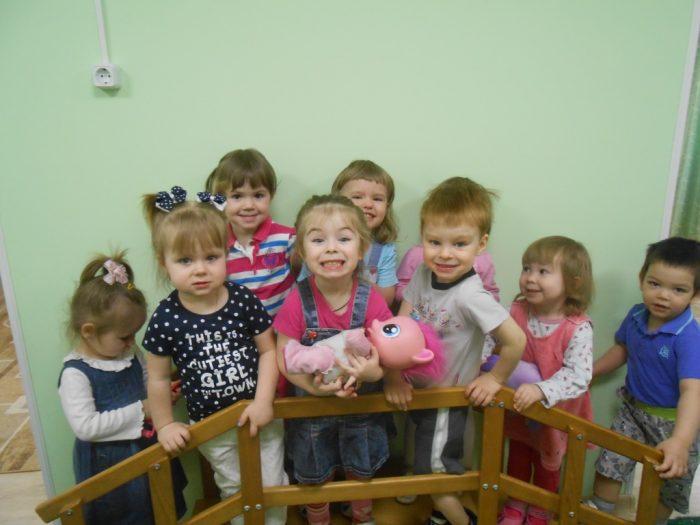Несколько маленьких детей стоят рядом