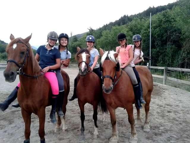 Люди верхом на лошадях