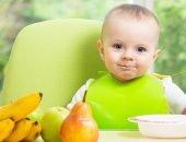 Малыша кормят из ложки
